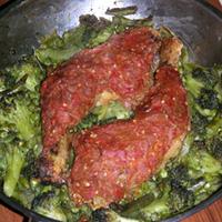 Piros csirkecomb zöld-séggel