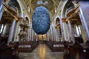Hétmázsás kő lebeg egy bécsi templomban
