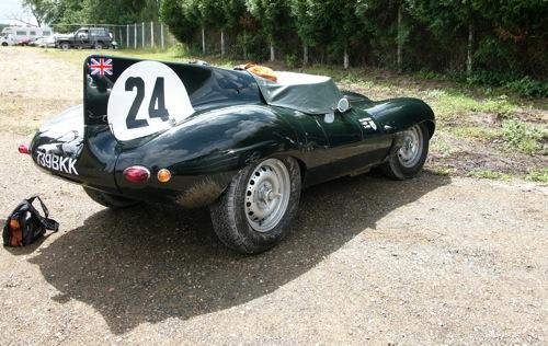 Jaguar D-Type a parkolóban