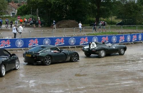 TVR Sagaris és Jaguar D-Type a parkolóban