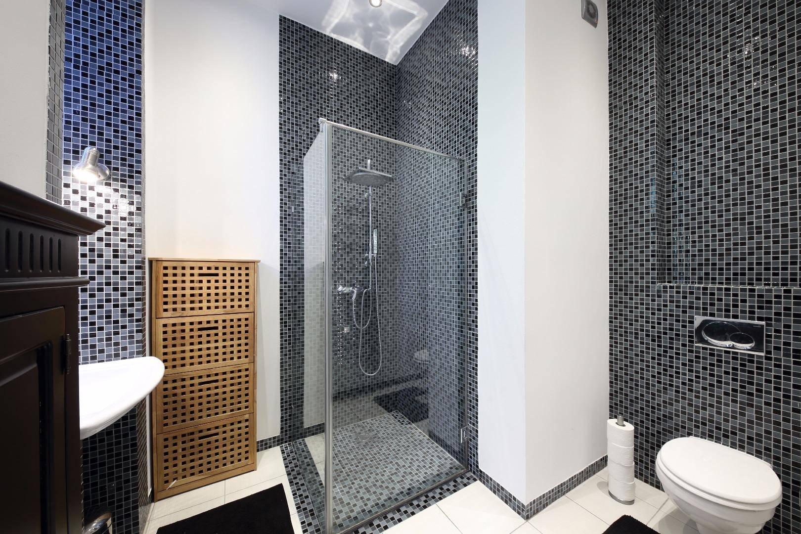 Fekete-fehéren nem unalmas a fürdőszoba - Belül tágasabb