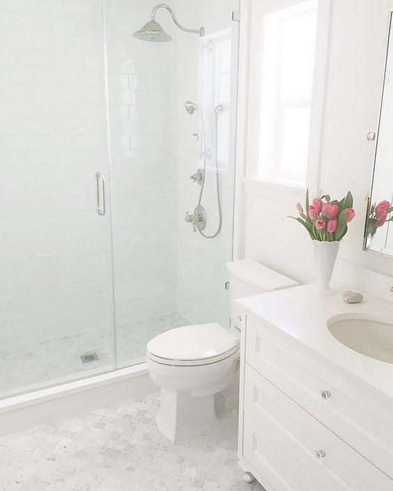 A hófehér fürdőszoba csak minőségi anyagokkal működik - Belül tágasabb