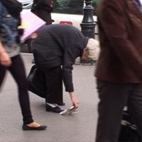 Egész Bp.-et kézzel takarítja a 79 éves nő!