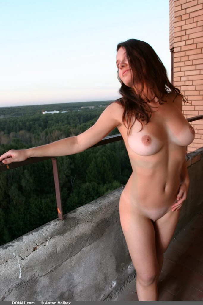 domai-vina-naked-on-the-balcony-05.jpg