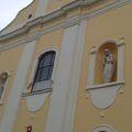 Két szép szobor a katolikus templom főhomlokzatán