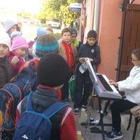 A bicskei zeneiskolások spontán fellépésekkel ünnepelték A Zene világnapját