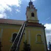 Megújuló toronyóra, aranyszínű mutatókkal