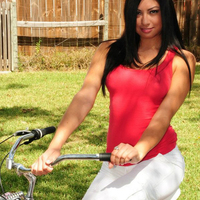 Cierra Spice és a rózsaszín bringa