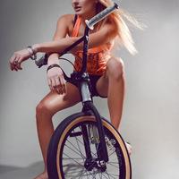 Ne a nőt, a bringát nézze!