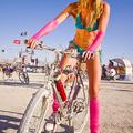 Burning Man - meztelen bringás fesztiválozók