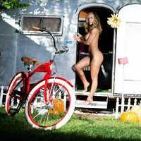 Nicole Aniston és a letámasztott bringa