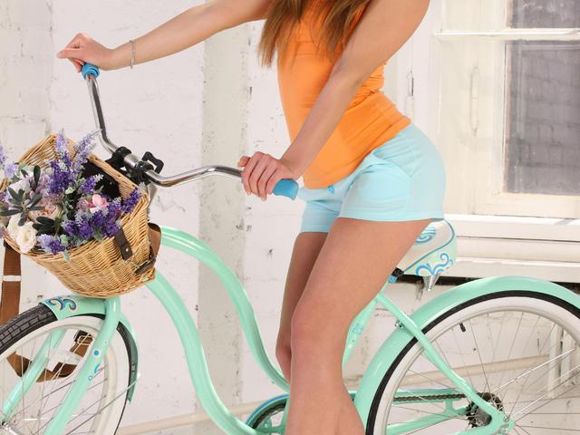 Jamora a szobában biciklizik