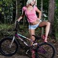 Noelle nem csak pózol a bringán!