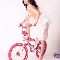 A ledér bringás menyasszony