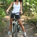 Misty biciklivel vág át az erdőn