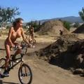Meztelen Playboy nyuszik BMX-en! (videó)