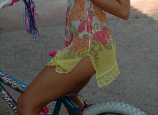 Kelly, a kis szöszi bringás