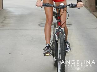Angelina a hátsó udvaron