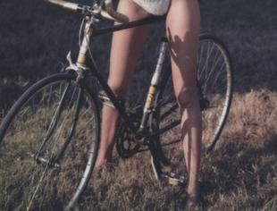 Jó nő, ócska bringán, szar képeken