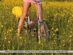 Mango bugyi nélkül biciklizik