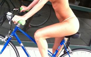 Sara Jean Underwood: meztelenül bringázó playmate