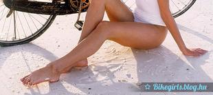 Szőke lány a homokban