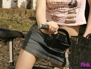 Aki bugyi nélkül bringázik, annak kivillan a csúnyája...
