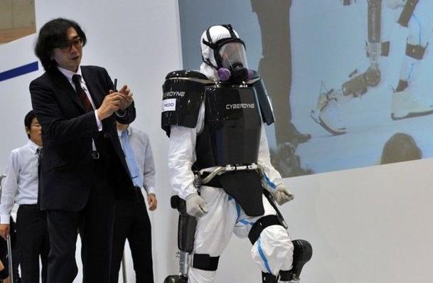 HAL-brain-controlled-cyberdyne-exoskeleton-ful-body-suit-nuclear-fukusima-Japan-e1350589234294[1].jpg