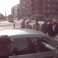 BMW-s köcsög a villamosmegállóban