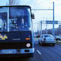 Biciklist vert a buszvezető