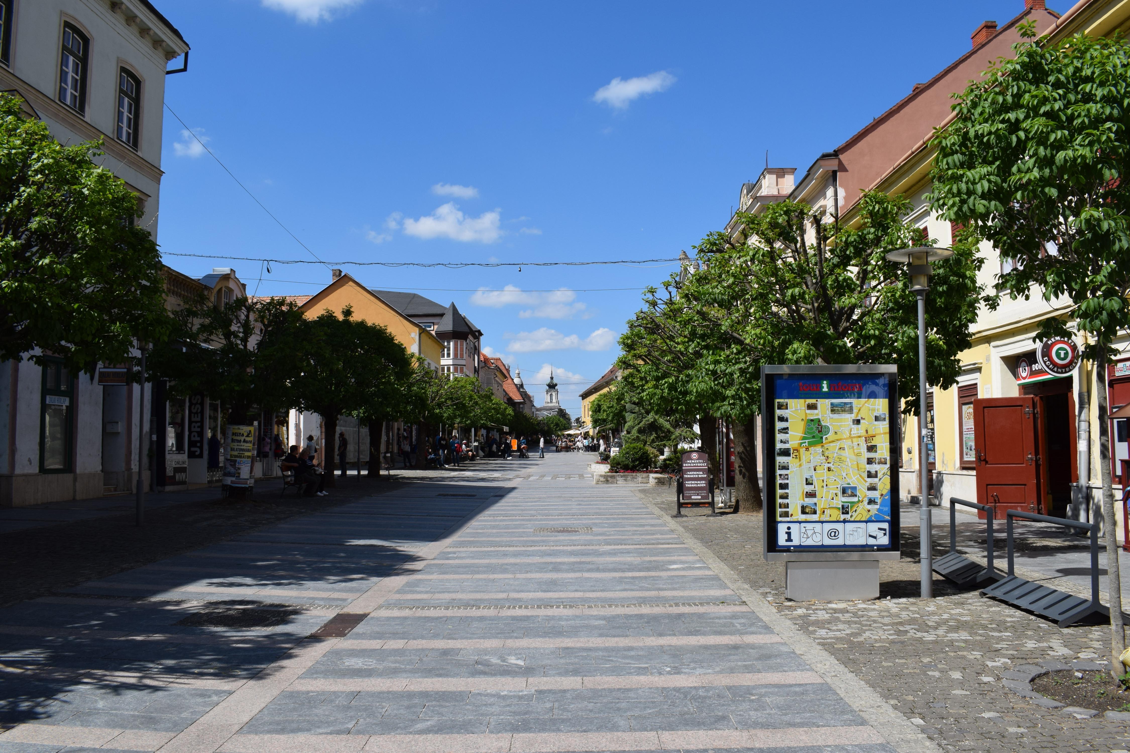 A sétáló utca a kastély felé.