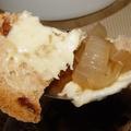 Amerikai francia hagymaleves frissen sült cipóban