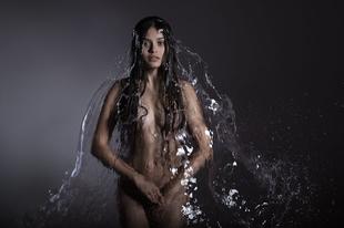 Gyönyörű képek a természet elemeibe öltöztetett fedetlen testű modellekről