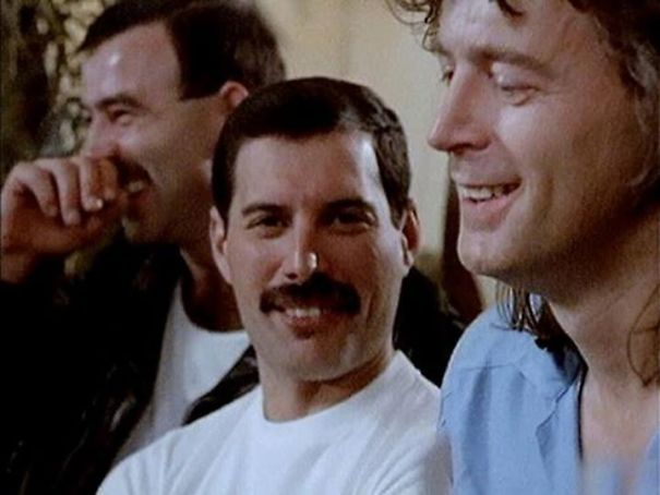 freddie-mercury-jim-hutton-candid-photos-25-592d51d11a362_605.jpg