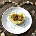 Aszaltparadicsomos guacamoléval töltött avokádó szív