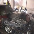 Így dolgoztak a tűzoltók tegnap a kormányhivatal mélygarázsában Tatabányán. Elég rendesen kiégett a kocsi. Helyszíni fotók