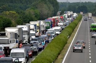 Négy személygépkocsi ütközött az M1-es autópályán Tatabánya térségében