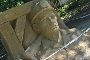 Kész csoda: még senki nem bántotta a különleges homok bányász-szobrot