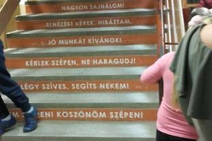 A tatabányai iskolákban is lehetne Varázsmondatok lépcsője. Vagy lehet, hogy már van?