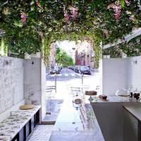 Egy kávézó, ahol a plafonon virágoskert nyílik