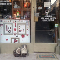 Budapest legcukibb ajtónállója egy kutyaszörny. Tudjátok hol van?