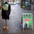 Bőrcuccok pár ezerért. Hogyhogy épp a Váci utcában lehet fillérekért kabátot venni?