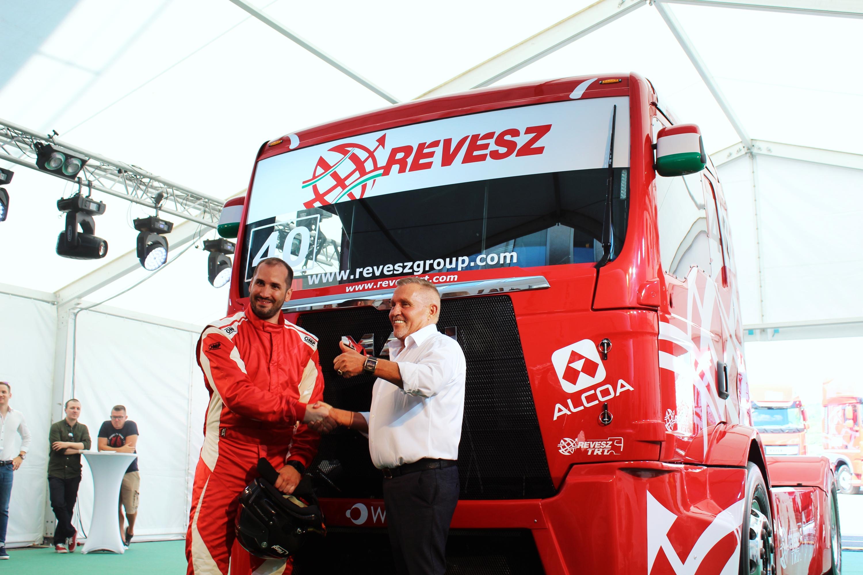 Kiss Norbert új főnökével, a kamionozásban sok-sok évtizede utazó Révész Bálinttal.<br />Fotó: Fehér Patrik