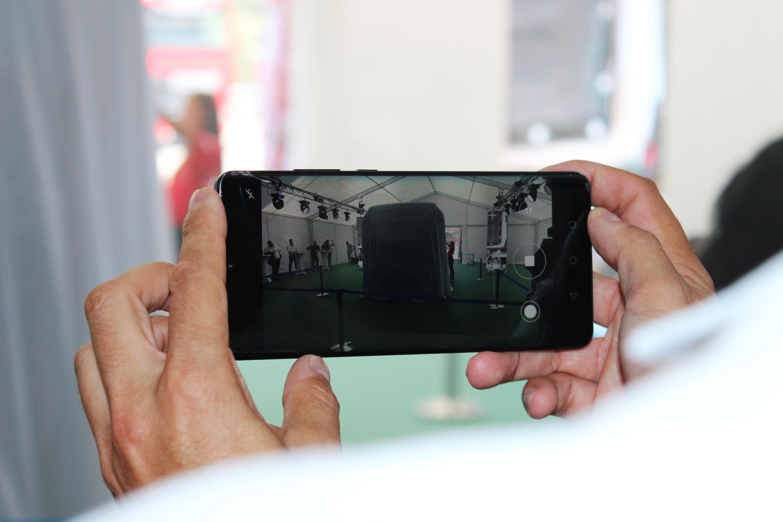 Oláh Gyárfás, az MNASZ elnöke mobiltelefonjával rögzítette a magyar kamionsport meghatározó pillanatait.<br />Fotó: Kováts Olivér