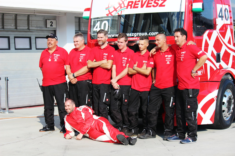 A Révész Truck Racing Team csapata – pontosabban annak egy része, összesen több tucat ember kemény munkájának köszönhető, hogy idén magyar csapat lesz kamion-Eb-n.<br />Fotó: Kováts Olivér