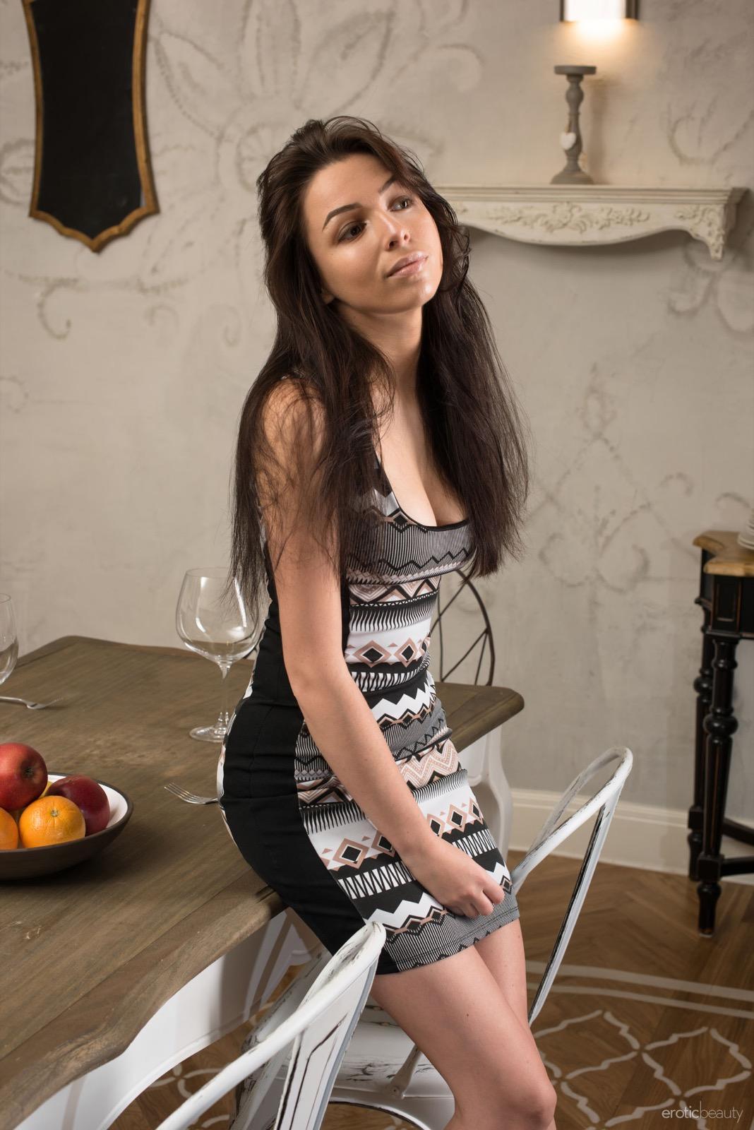 Marina a konyhaasztalon