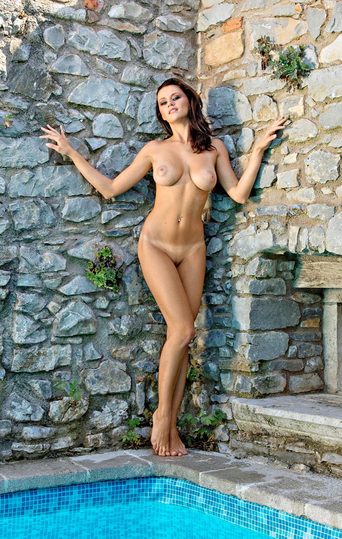 shaved-busty-brunette-manja-dobrilovic-11.jpg