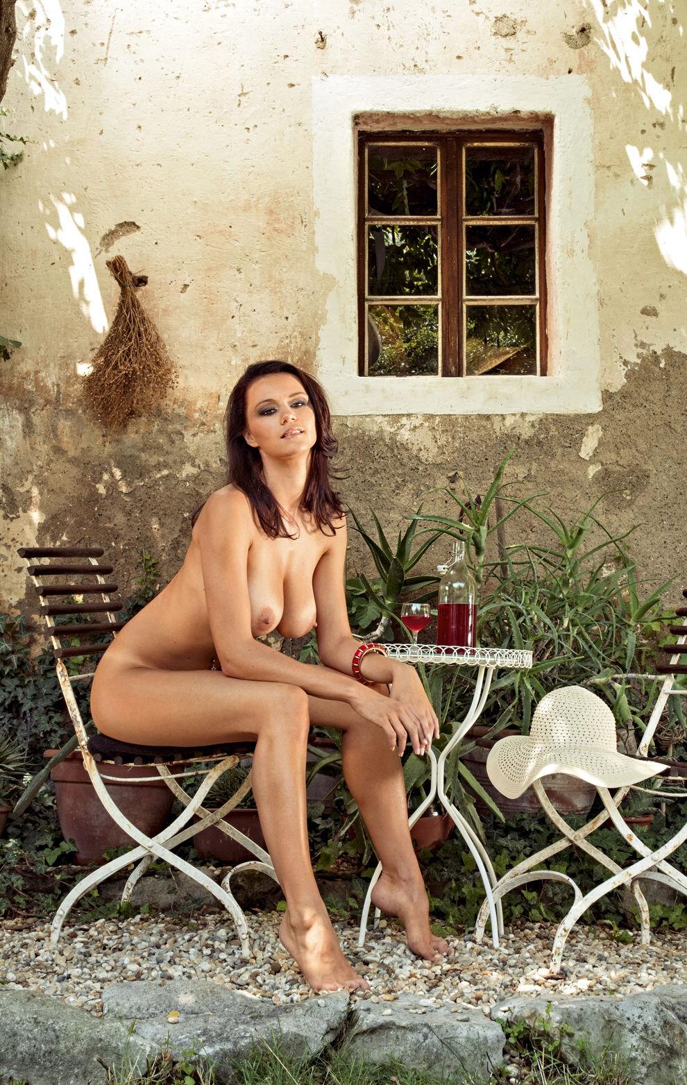 shaved-busty-brunette-manja-dobrilovic-4.jpg