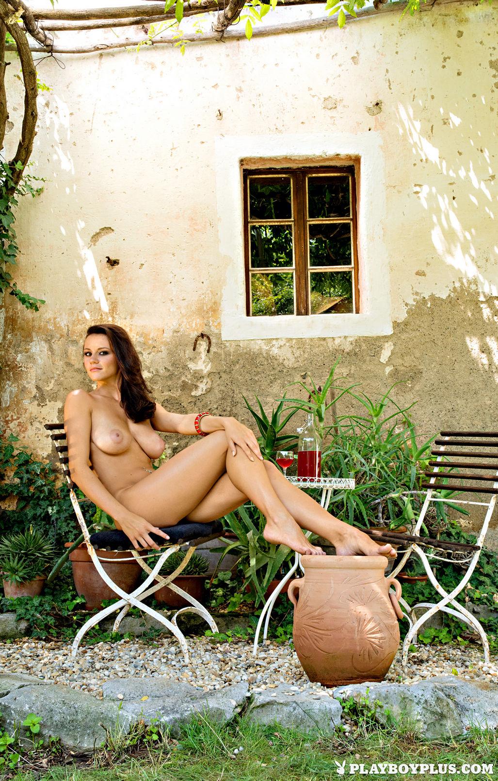 shaved-busty-brunette-manja-dobrilovic-5.jpg
