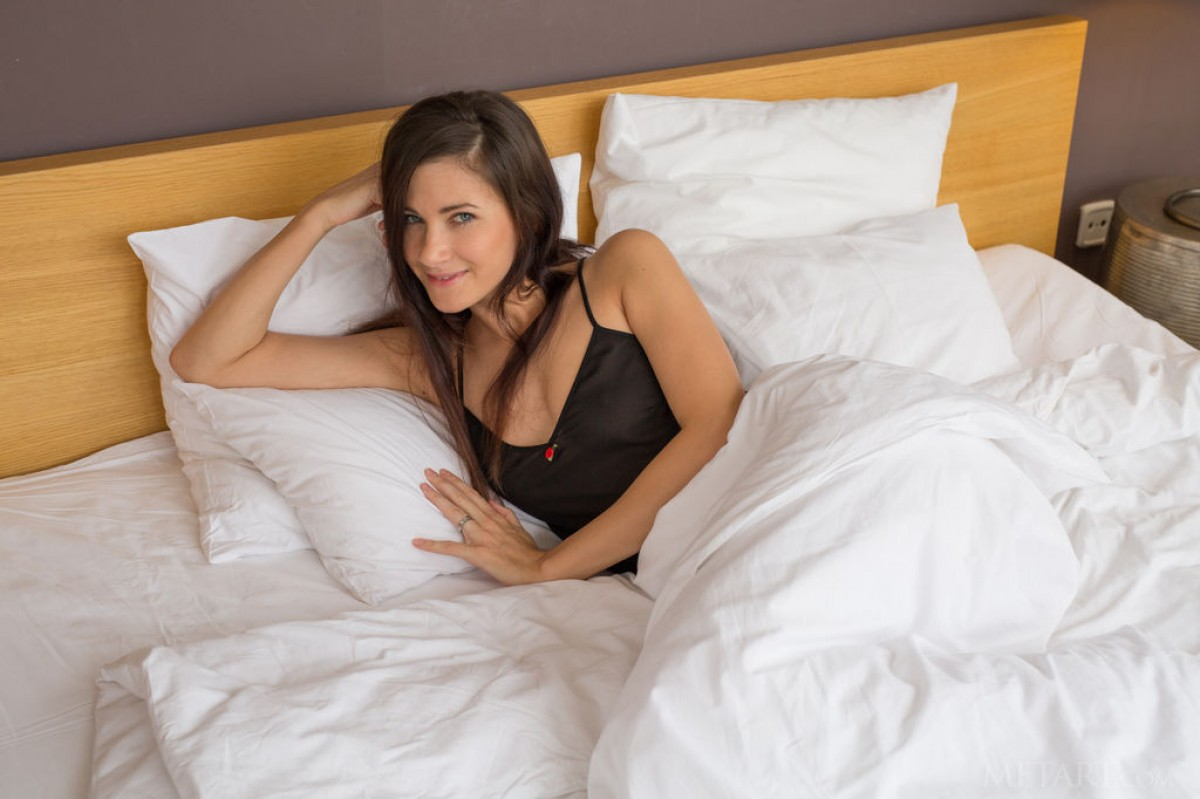shaved-gorgeous-brunette-babe-lauren-collins-with-perfect-breasts-from-met-art-wearing-black-lingerie-in-bed-1.jpg